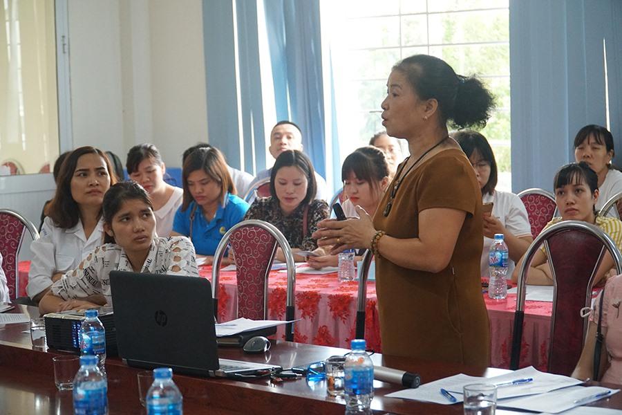 Bác sĩ CKI Sản phụ khoa Trần Thị Minh Tâm (Trung tâm Y tế huyện Sóc Sơn) trong buổi tập huấn về kỹ năng chăm sóc sức khoẻ sinh sản và tình dục an toàn.