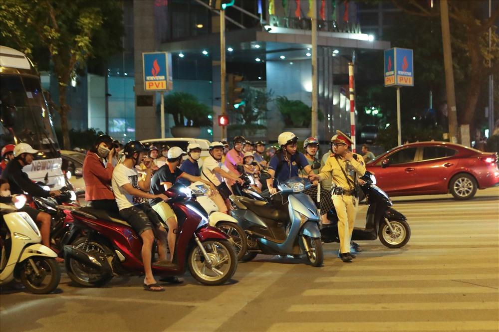 Tối ngày 22.5, PV báo Lao Động đã theo chân các chiến sĩ thuộc đội CSGT số 3 làm nhiệm vụ tại ngã tư Thái Hà - Láng Hạ (quận Đống Đa, Hà Nội). Chốt kiểm tra được bố trí cách quán nhậu khoảng 300m.