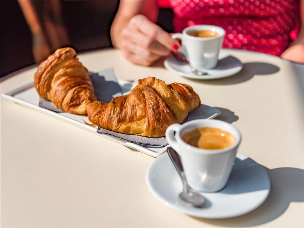 Bánh sừng bò chấm café chính là phong cách của người Pháp.