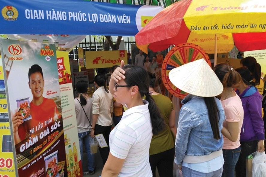 """Một """"phiên chợ công nhân"""" bán hàng giá rẻ cho CNLĐ tỉnh Long An. Ảnh: P.V"""