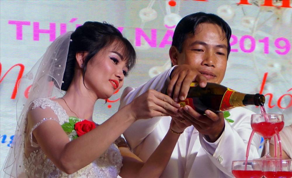 Rót rượu mừng cưới