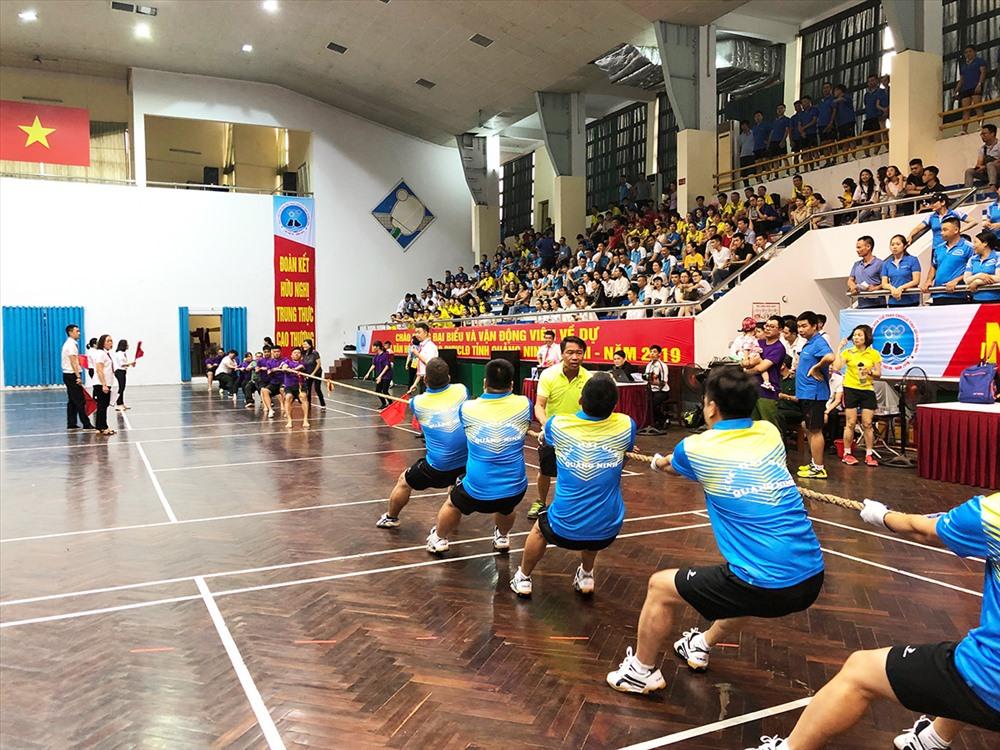 Màn thi đấu thể thao giữ các đội trong ngày khai hội. Ảnh: BQN
