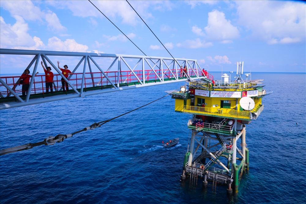 Nhà giàn Huyền Trân được xây dựng ở vị trí có độ sâu từ mặt san hô lên đến mặt nước biển khoảng 15m. Độ cao từ mặt nước biển tới sân thượng khoảng 20m.