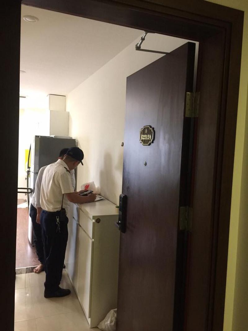 Đối tượng người nước ngoài đã dọn đồ và rời khỏi chung cư vào ngày hôm qua (28.5). Ảnh: BQL.