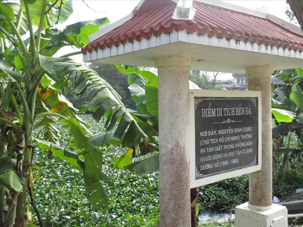 Bến tắm bằng đá đơn sơ gắn liền với tuổi thơ của Bác Hồ trong 2 năm sống ở đây. Người thường ra Bến Đá tắm giặt và hóng mát. Bến đá là một bến nước nhỏ nằm bên sông Phổ Lợi.