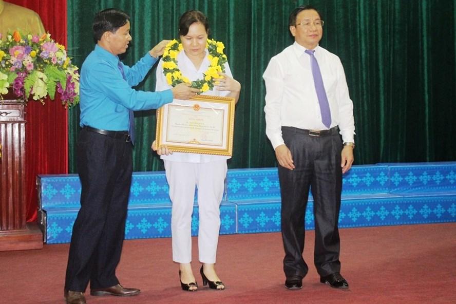 Chị Lan Anh nhận bằng khen của Chủ tịch UBND tỉnh Hà Tĩnh tại lễ tôn vinh công nhân lao động tiêu biểu năm 2019 do LĐLĐ Hà Tĩnh tổ chức. Ảnh: Trần Tuấn