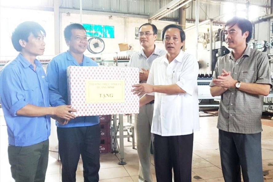 Bí thư Tỉnh ủy Quảng Bình Hoàng Đăng Quang cùng lãnh đạo LĐLĐ Quảng Bình thăm hỏi, tặng quà cho NLĐ. Ảnh: LÊ PHI LONG