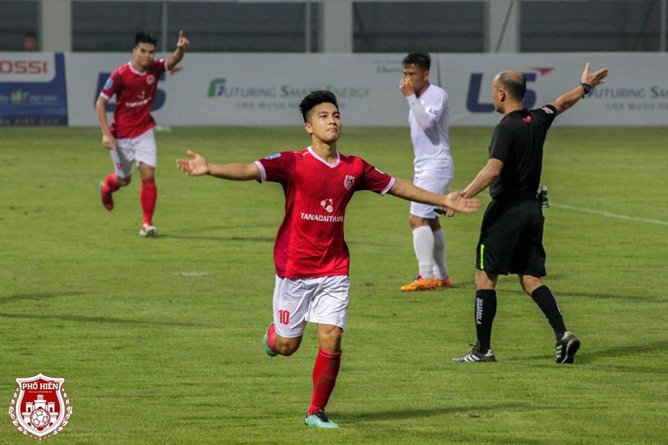 Tại mùa giải 2019, Martin Lo trở thành trụ cột của CLB Phố Hiến. Trong vai trò tiền vệ tấn công, anh giúp đội bóng của Hưng Yên nằm trong nhóm ba đội dẫn đầu với 4 thắng, 3 hòa, 1 bại, được 15 điểm.