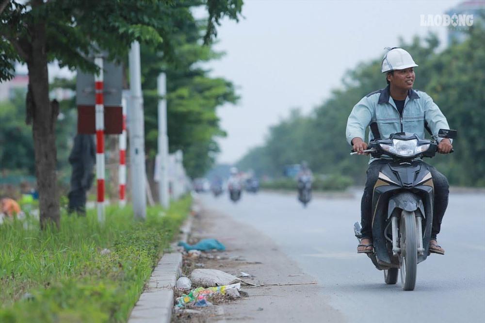 Theo ghi nhận của PV, ven hai bên đường của tuyến đường này tồn tại nhiều loại rác thải.