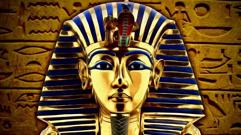 Chiếc mặt nạ của vua Tut là một trong những tác phẩm nổi tiếng nhất của nghệ thuật cổ đại thế giới. Chiếc mặt nạ này dài 54cm, rộng 39.3cm, sâu 49cm, nặng 11 kg và được đúc bằng vàng ròng. Ngoài ra nó còn được khảm từ nhiều loại đá quý như lapis, thạch anh, ngọc lam…