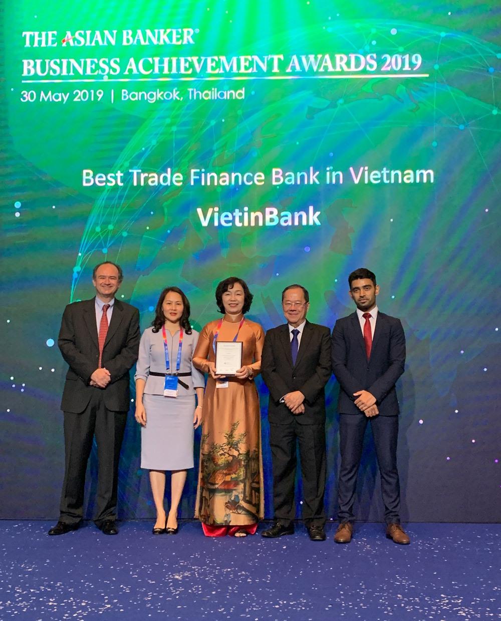 Bà Trần Thị Minh Đức nhận giải thưởng danh giá của The Asian Banker. Ảnh: VietinBank
