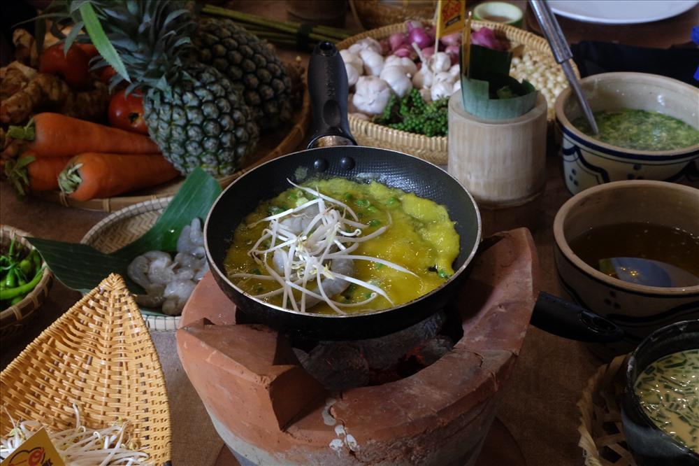 Món bánh xèo, đặc sản xứ Quảng.