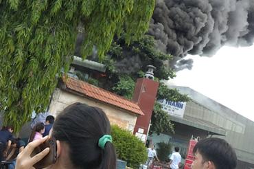 Hỏa hoạn bùng phát tại công ty sản xuất đồ gỗ khi công nhân đang làm việc.