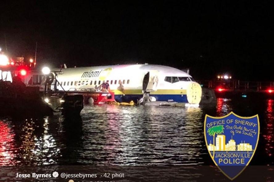 Máy bay trượt xuống sông ở Mỹ. Ảnh: Jacksonville Police.