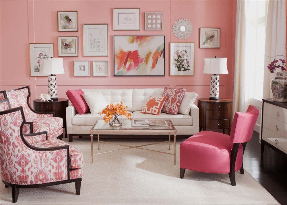 Lại một phòng khách cho thấy tình yêu của gia chủ với màu hồng: sơn tường màu hồng, ghế màu hồng, gối màu hồng, và cả bức tranh treo tường thể hiện nghệ thuật pha trộn màu hồng.
