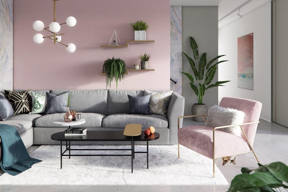 Phòng khách này vừa có sự ngọt ngào bởi sơn màu hồng phấn vừa có sự hiện đại bởi cách trưng bày vật dụng, sự xuất hiện của gối lông, thảm lông và đèn chùm.
