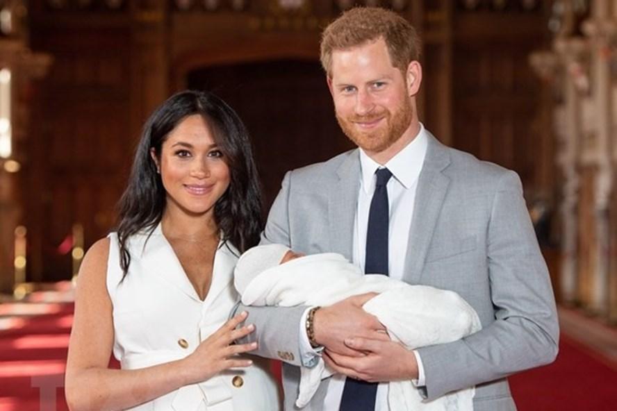 Vợ chồng Hoàng tử Harry ra mắt con đầu lòng. Ảnh: AFP/TTXVN.