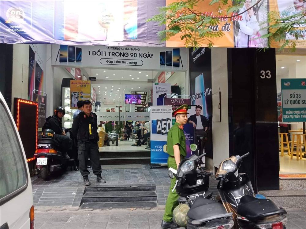 Cơ quan chức năng khám xét cửa hàng Nhật Cường Moblie tại Lý Quốc Sư.