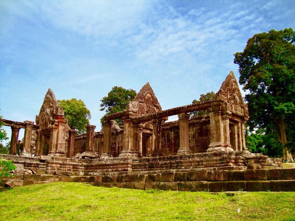 Do người Hindu giáo quan niệm rằng đền đài được xây ở vị trí càng cao thì càng chứng minh được sự hùng mạnh của vị vua trị vì trong triều đại đó nên các đời vua của đế chế Khmer xây dựng đền Preah Vihear trên một bề mặt khá bằng phẳng củađỉnh núi Dângrek với độ cao 625m so với mực nước biển. Khác với hầu hết các kiến trúc đền đài khác được xây dựng trong thời kì Angkor, quần thể Preah Vihear được xắp sếp theo trục Bắc Nam thay vì quay về hướng đông theo phong cách của đền núi truyền thống.