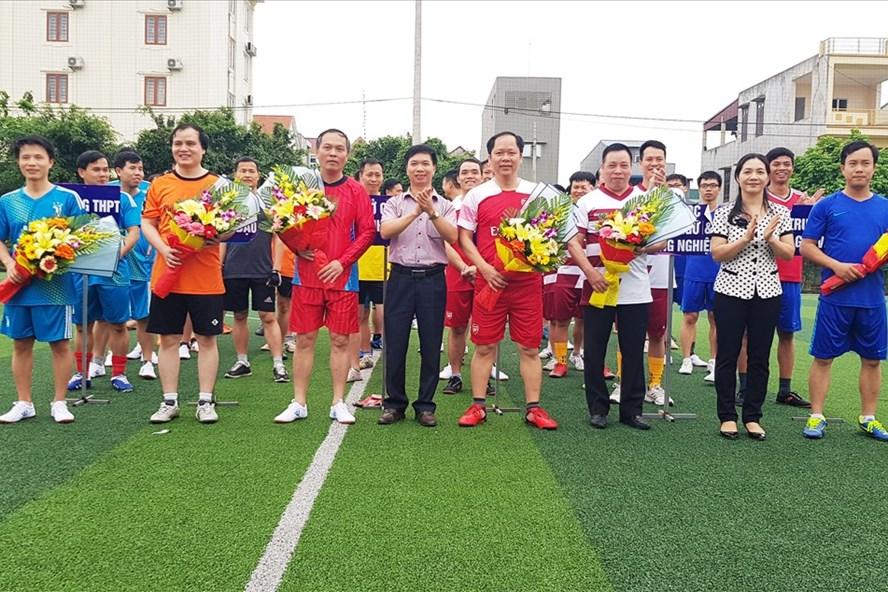 Ban tổ chức tặng hoa lưu niệm cho các đội tham dự giải. Ảnh: NT