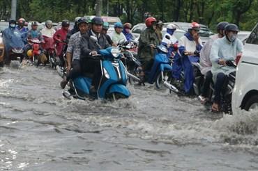 Những cơn mưa đầu mùa khiến nhiều tuyến đường TPHCM ngập nước.  Ảnh: M.Q