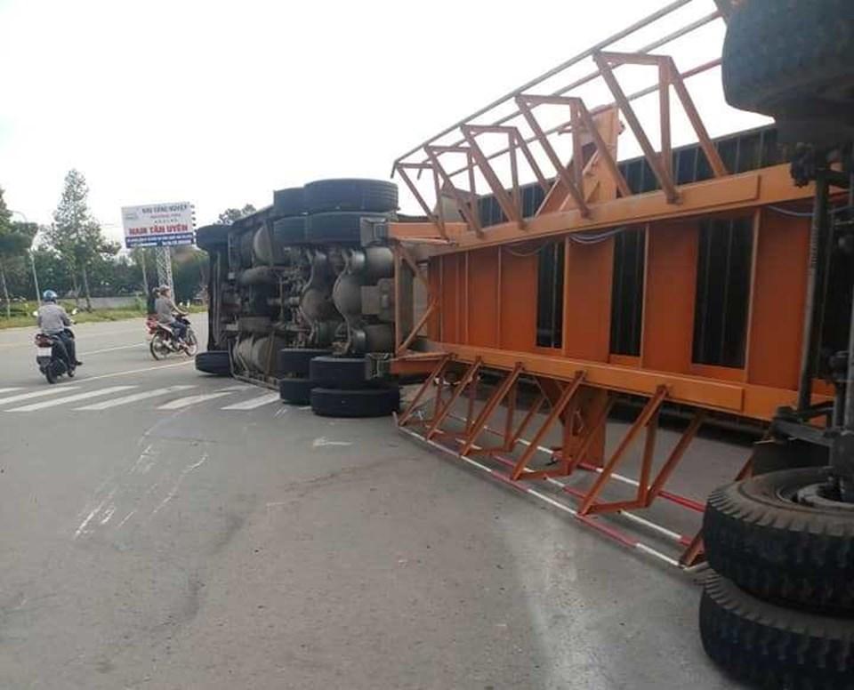 Xe container đang chạy trên đường bất ngờ lật ngang, nhiều người may mắn thoát nạn.