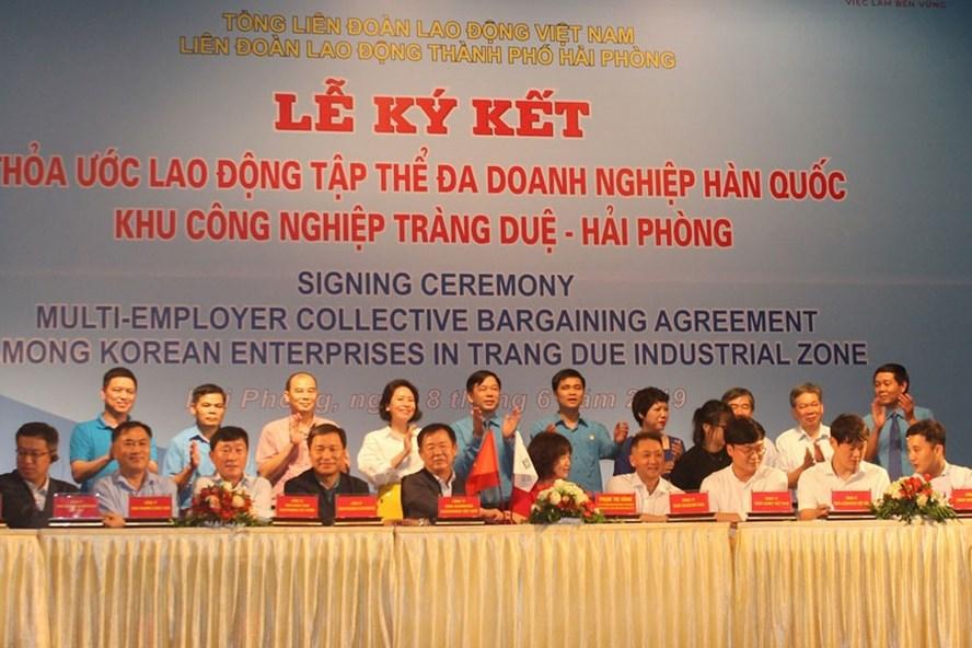 Phó Chủ tịch Tổng LĐLĐ VN Ngọ Duy Hiểu chứng kiến lễ ký kết thỏa ước lao động nhóm 19 doanh nghiệp Hàn Quốc tại Hải Phòng. Ảnh: P.V