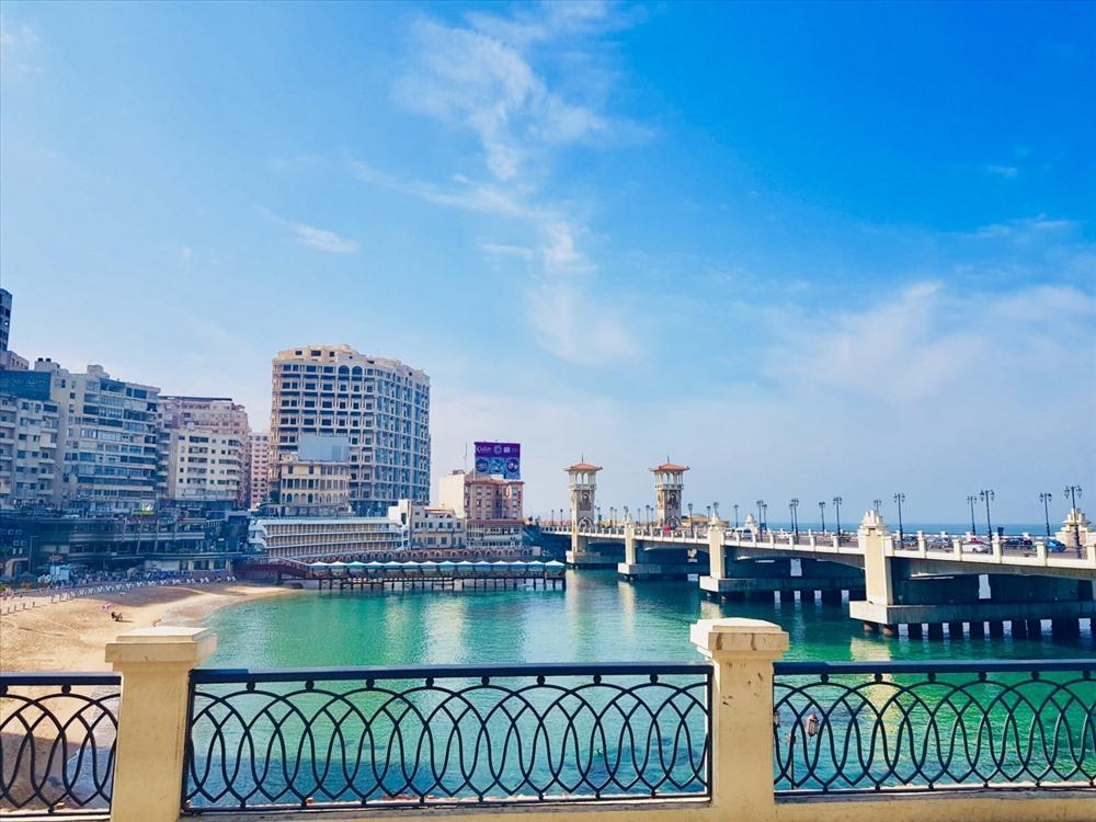 Các toà cao ốc nằm san sát dọc bờ biển là một đặc trưng điển hình của Alexandria.