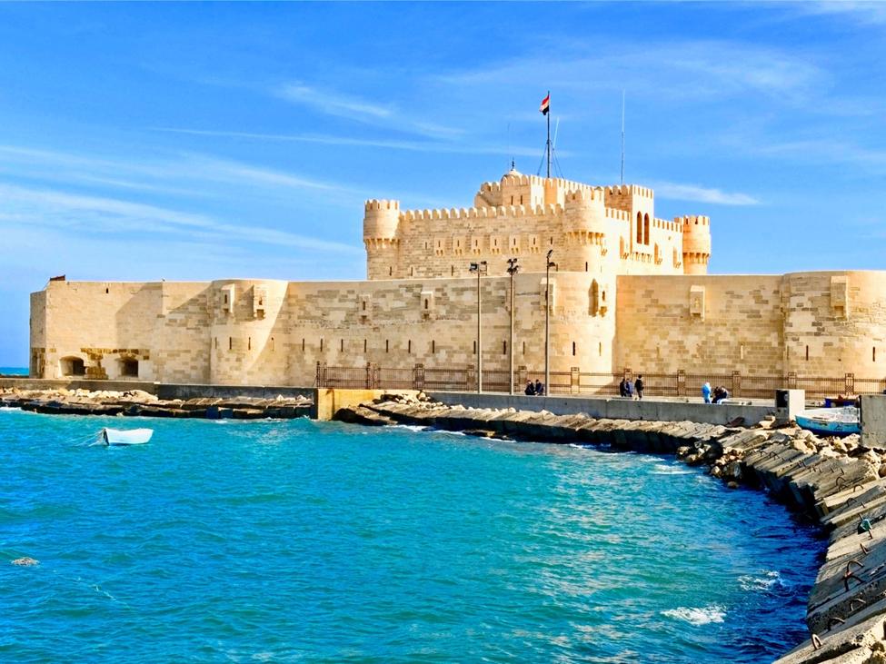 Pháo đài Qaitbay được xây dựng theo phong cách trung cổ, nằm ngay trên nền cũ của ngọn hải đăng Pharos - vốn đã bị phá hủy bởi một trận động đất vào khoảng năm 1100. Pháo đài này đã bị hư hại nặng nề trong các cuộc chiến tranh và hình dáng ngày nay của nó là kết quả của các cuộc trùng tu và tái thiết của chính quyền Ai Cập vào năm 2000 - 2001.