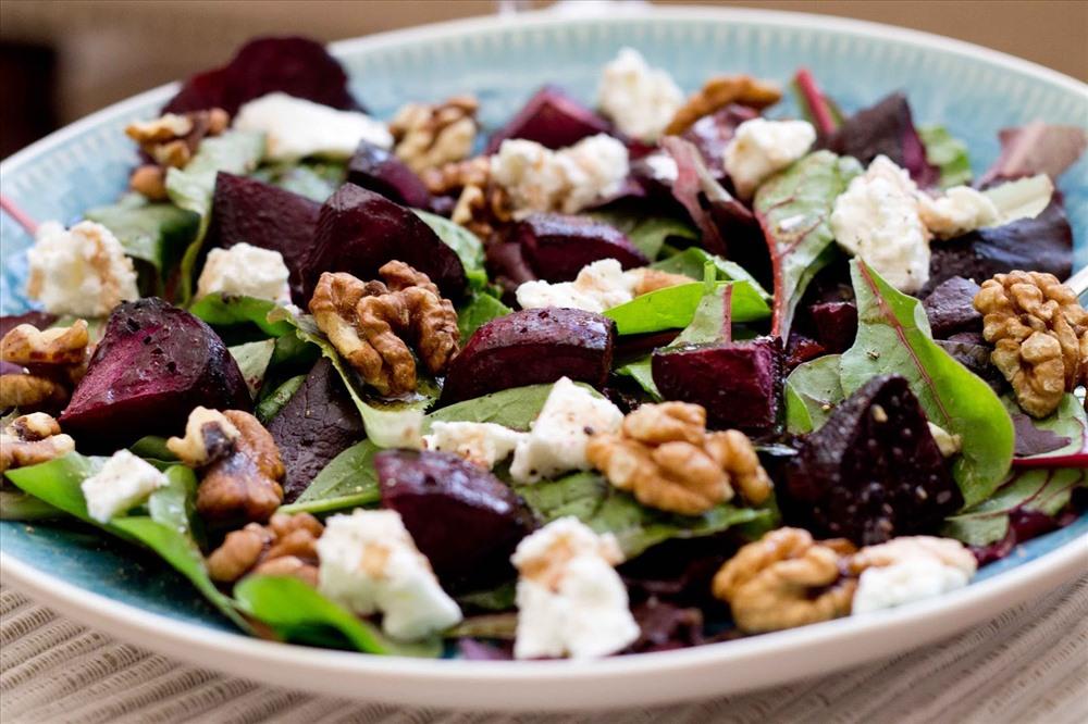 Salad hạt óc chó cũng là món ăn được yêu thích.