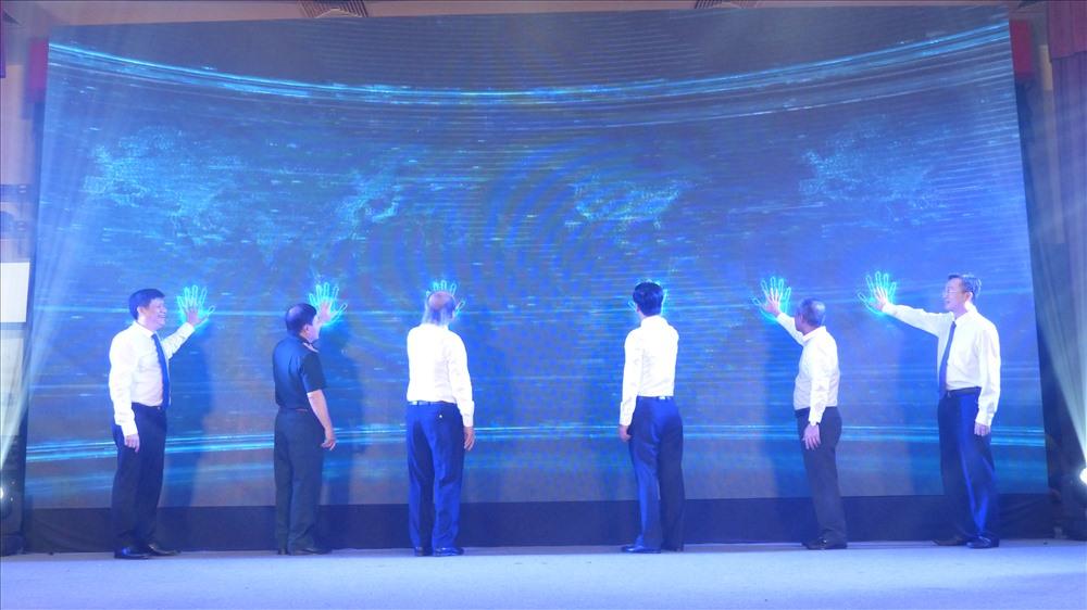 Các đại biểu cùng nhấn tay khai trương hệ thống thông tin điện tử VCNET. Ảnh Trần Vương