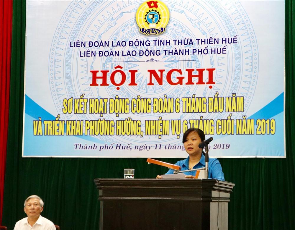 Bà Hoàng Thị Như Thanh - Uỷ viên BTV LĐLĐ tỉnh Thừa Thiên - Huế, Chủ tịch LĐLĐ TP. Huế báo cáo tại hội nghị. Ảnh: PĐ.