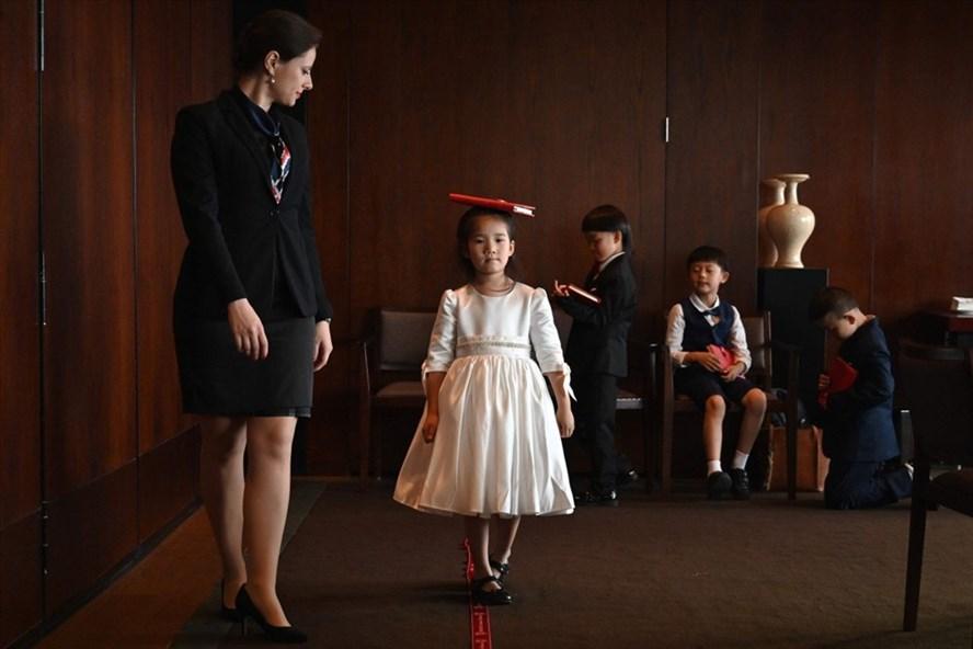 Một bé gái Trung Quốc học cách đi lại trong lớp học lễ nghi dành cho con nhà giàu ở Thượng Hải. Ảnh: AFP.