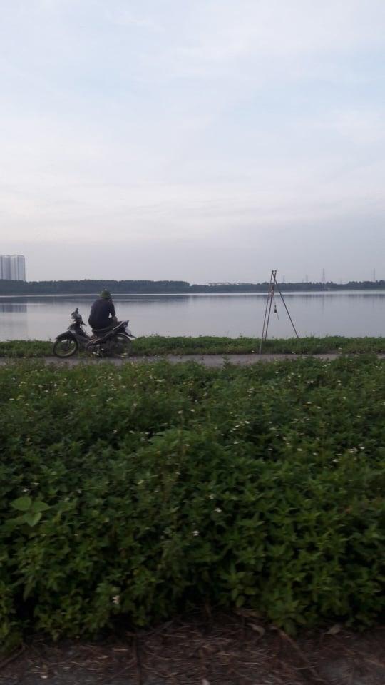 Người dân vô tư câu, thậm chí đánh bắt trộm cá trong khu vực hồ điều hòa Yên Sở. Ảnh: Đ.T