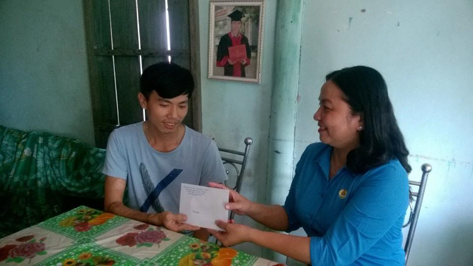 Bà Huỳnh Thị Hiền - Phó Chủ tịch LĐLĐ TP Cần Thơ trao hổ trợ cho công nhân bị tai nạn lao động. ảnh: Thành Nhân