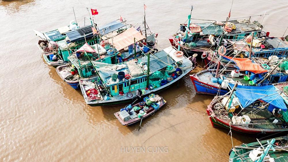 Mua bán trao đổi thực phẩm diễn a ngay trên biển, các gia đình thường xuyên dự trữ thịt, rau từ đất liền cho những thời điểm phải đi đánh bắt dài ngày.