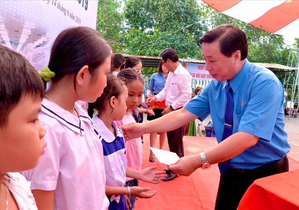 Dịp này LĐLĐ Kiên Giang cũng trao nhiều phần quà cho con CN học giỏi. Ảnh: Lục Tùng