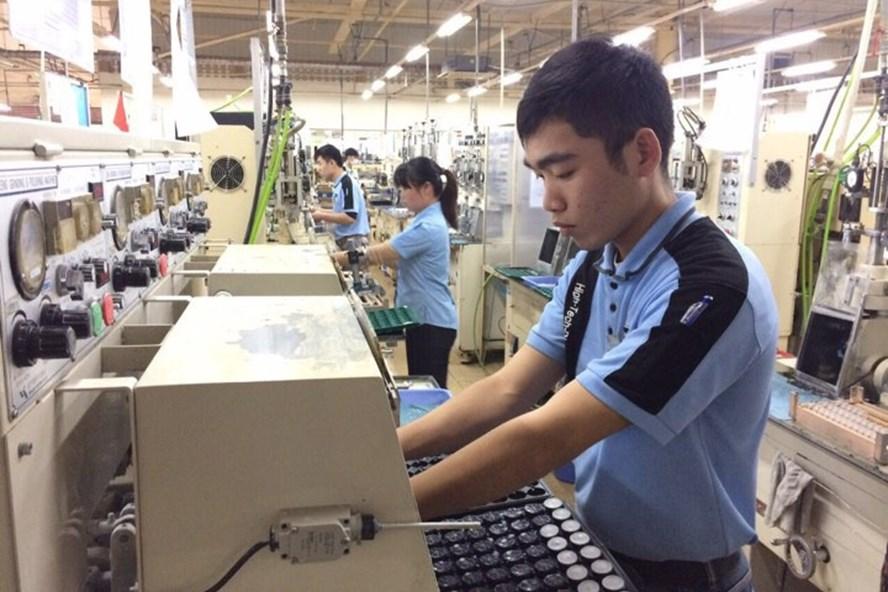 Để hướng tới mức lương đủ sống, cần khuyến khích người lao động thi đua lao động sản xuất và khen thưởng kịp thời những công nhân chuyên cần.Ảnh minh hoạ: QUẾ CHI