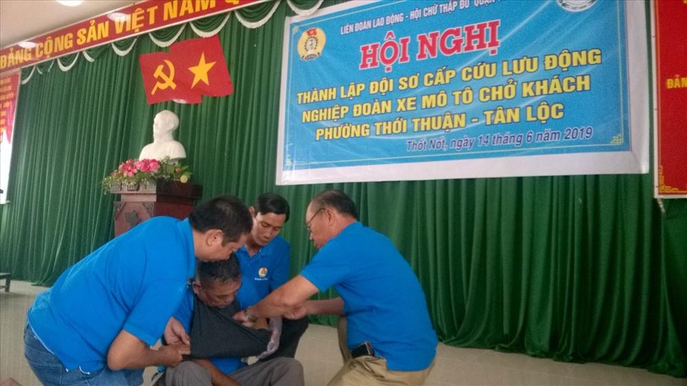 Diễn tập sơ cấp cứu tại buổi lễ thành lập của đội sơ cấp cứu phường Thới Thuận.