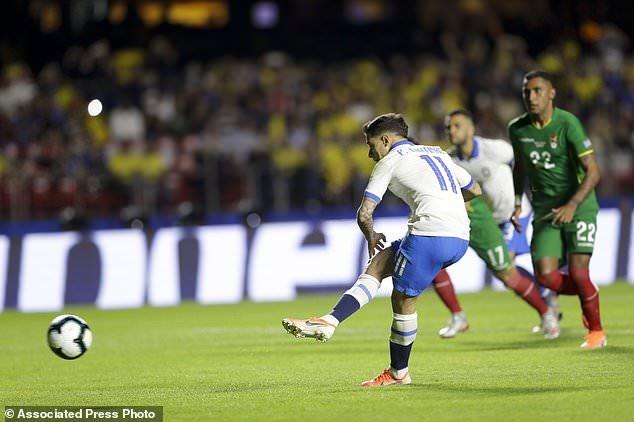 Quả đá phạt đền thành công của Coutinho. Ảnh: Associated Press Photo.