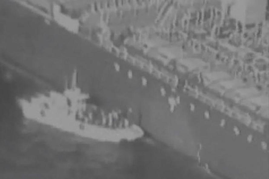 Tàu chở các binh sĩ vệ binh Iran tiếp cận tàu dầu gặp nạn gỡ thủy lôi do Mỹ công bố. Ảnh: Military.