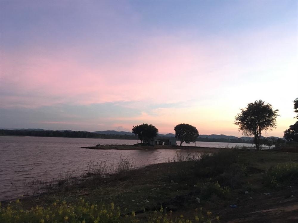 Một góc hồ Eakao buổi hoàng hôn (ảnh K.Q)