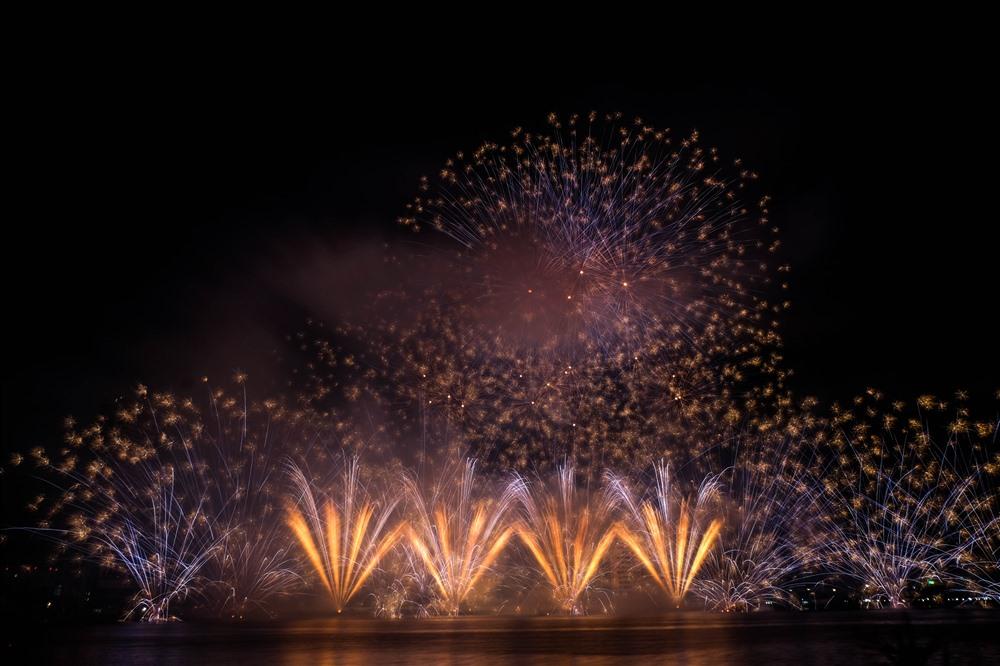 """Đối thủ của đội Phần Lan là đội pháo hoa Parente Fireworks Group của Ý là một trong những """"gương mặt"""" thân quen tại DIFF, bởi đội thi này đã từng dành giải quán quân tại Cuộc thi trình diễn pháo hoa quốc tế Đà Nẵng năm 2011, 2012. Năm 2013 họ cũng có màn trình diễn xuất sắc và chỉ thua phần thi vượt trội về công nghệ pháo hoa và âm nhạc của đội Mỹ."""