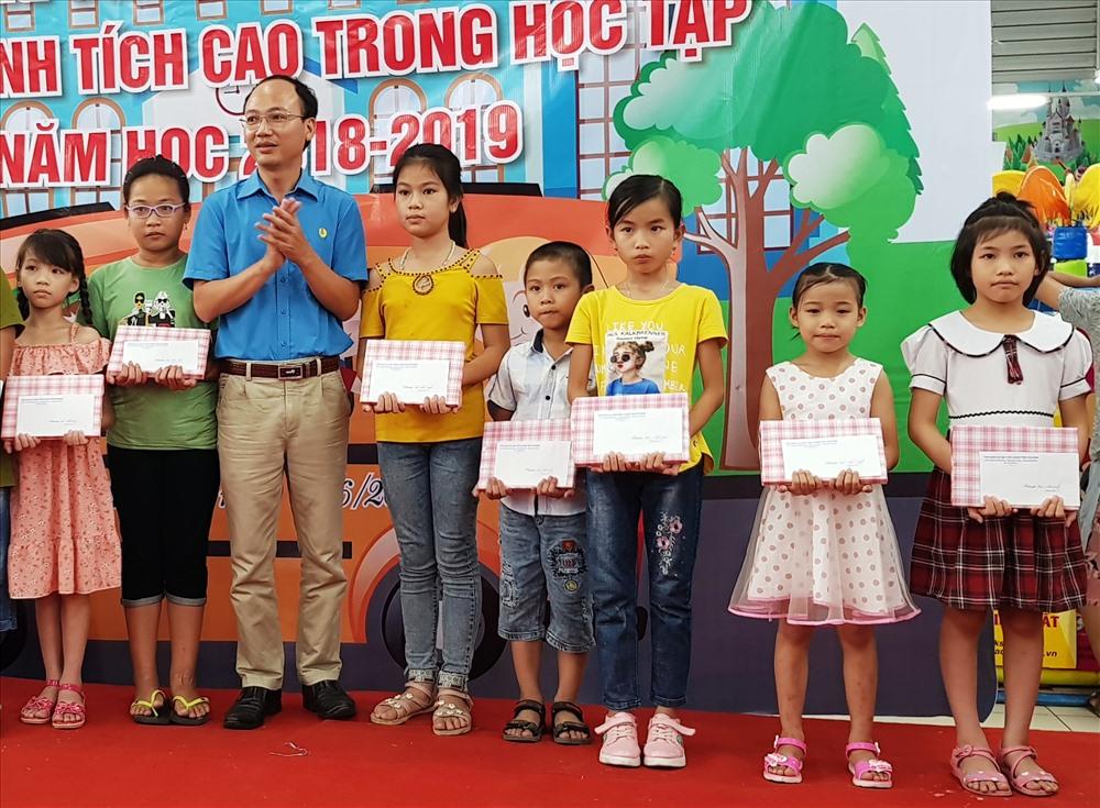 Đồng chí Phùng Minh Chung, Chủ tịch CĐ các KCN tỉnh Ninh Bình tặng quà cho các em học sinh đạt thành tích cao trong học tập. Ảnh: NT