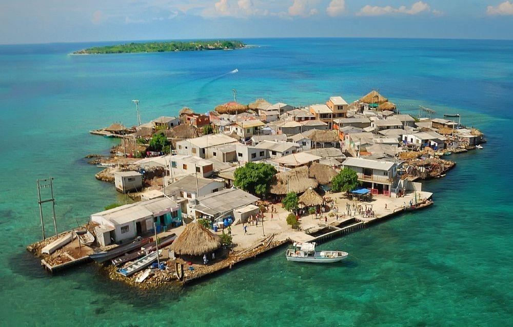 Nhiều nhà xây dựng, số dân đông, diện tích đảo chỉ bằng 2 sân bóng đá.