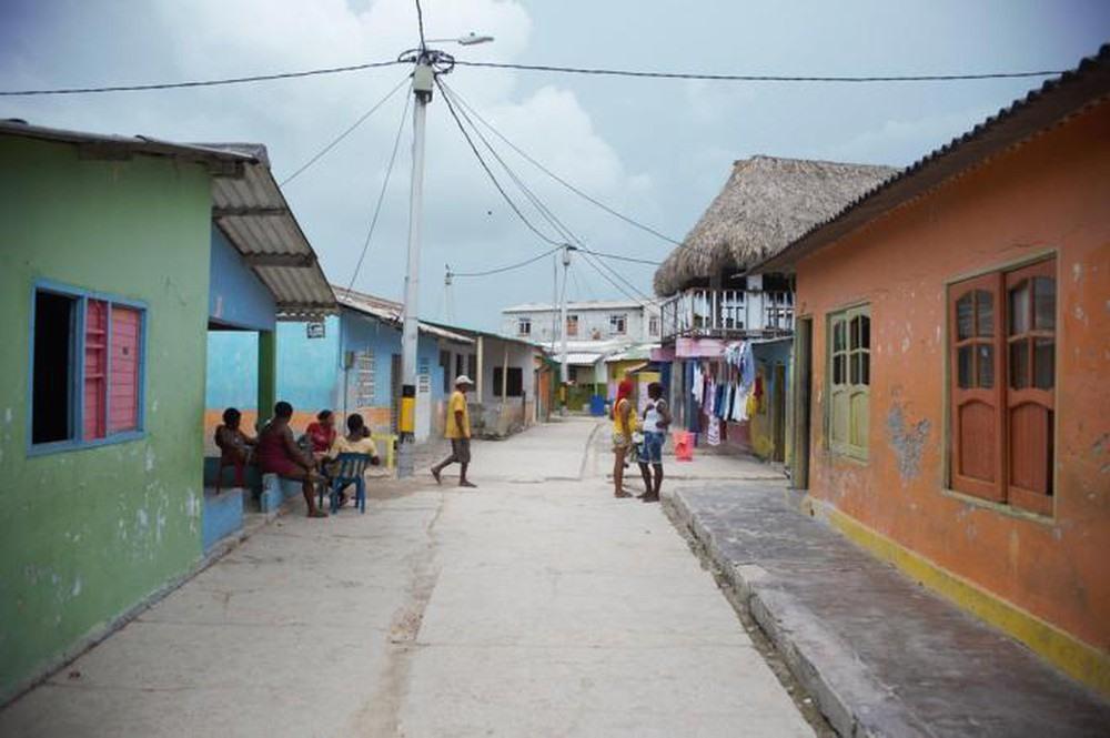 Các ngôi nhà được xây san sát  trên đảo.