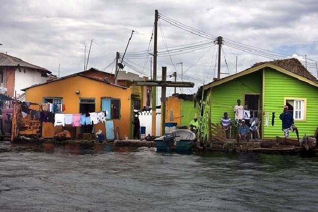 Tất cả không gian của đảo đã được xây dựng nhà cửa. Nơi ở của 2 gia đình sát mép nước.