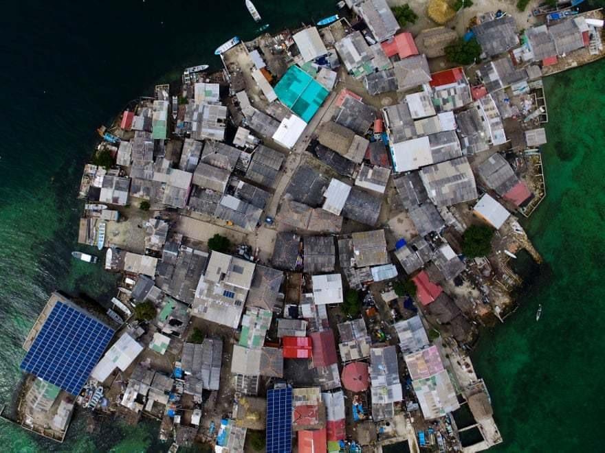 Nhiều khách du lịch đến đây để khám phá hòn đảo chật chội.