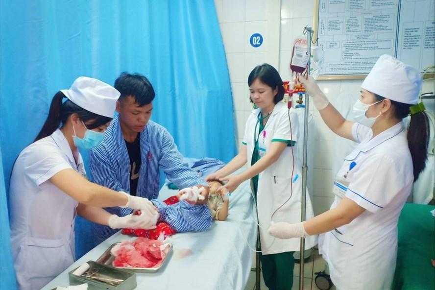 Các bác sĩ Bệnh viện Đa khoa tỉnh Tuyên Quang cấp cứu cho bệnh nhi D. Ảnh do BV cung cấp