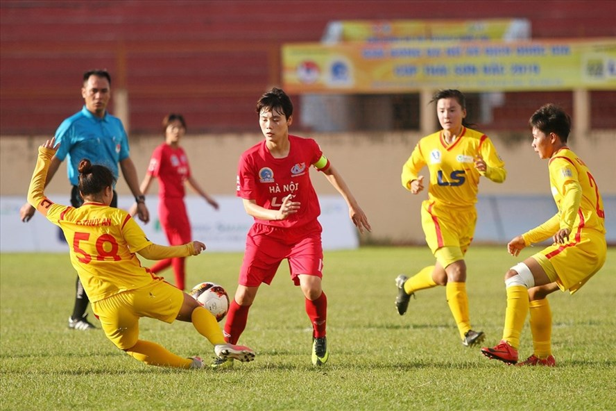 Hà Nội (áo đỏ) dễ dàng vượt qua TP.HCM II với tỉ số 2-0. Ảnh: TSB